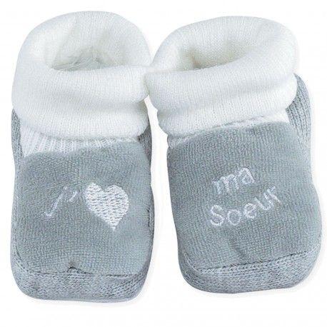 7ae70b5dc09c6 À offrir aux mamans ou à bébé dès la naissance pour tenir ses petits pieds  au chaud ! Un clin d œil à toutes les sœurs.