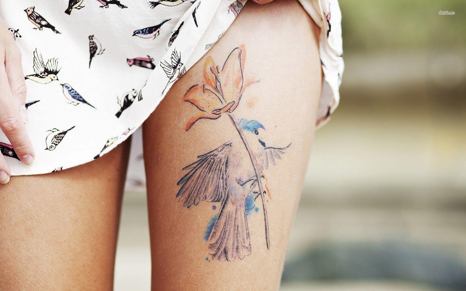 De colibri en la espalda significado tatuaje colibri tatuaje tattoo - Chica Nos Ense A Su Tatuaje En La Parte Superior Del Muslo De Un Colibri Y Ina