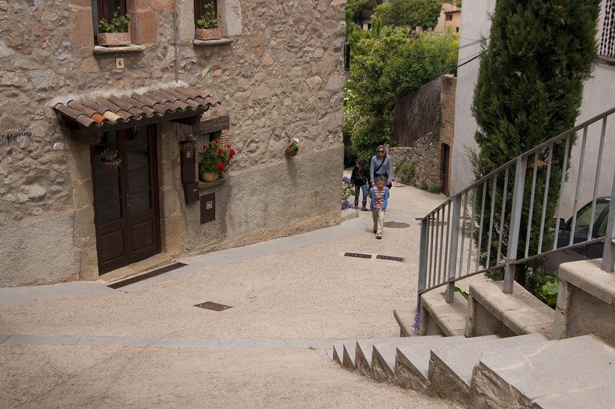 Viladrau es troba situat sobre un petit turonet, per això els seus carrers es caracteritzen per fortes pendents i indrets estrets entre les diverses cases que formen el petit poble situat a la província d'Osona, Catalunya.