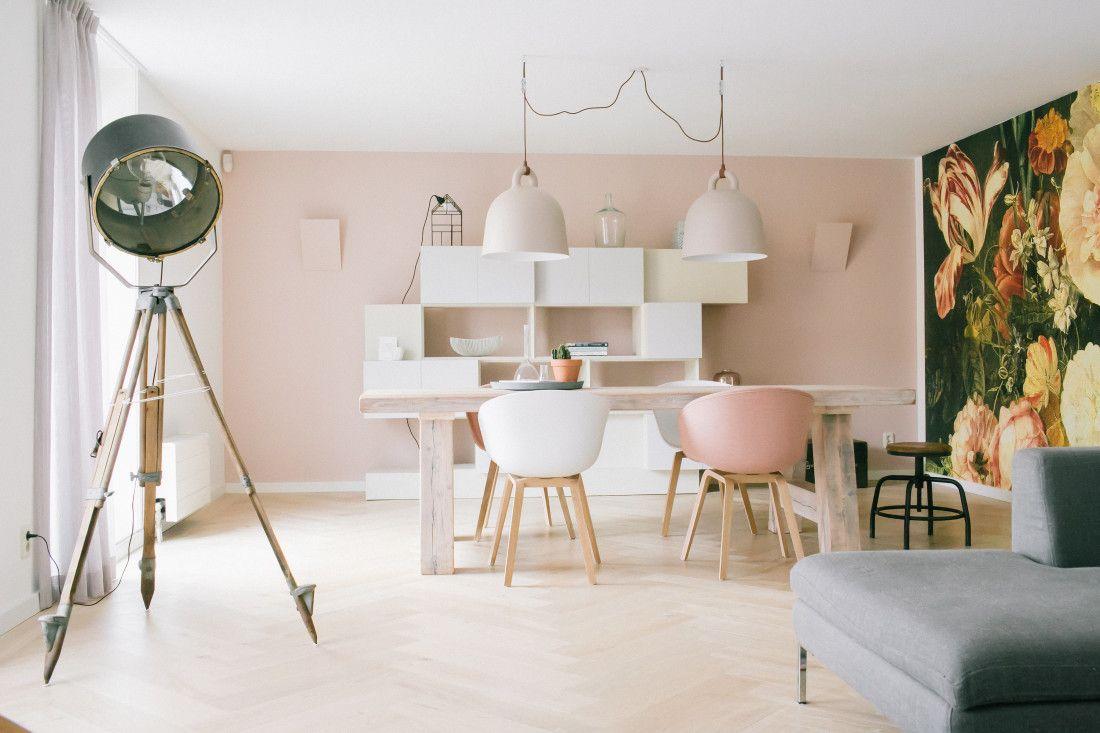 Behang Prints Opvallend : Scandinavisch interieur in pasteltinten een roze muur een grote