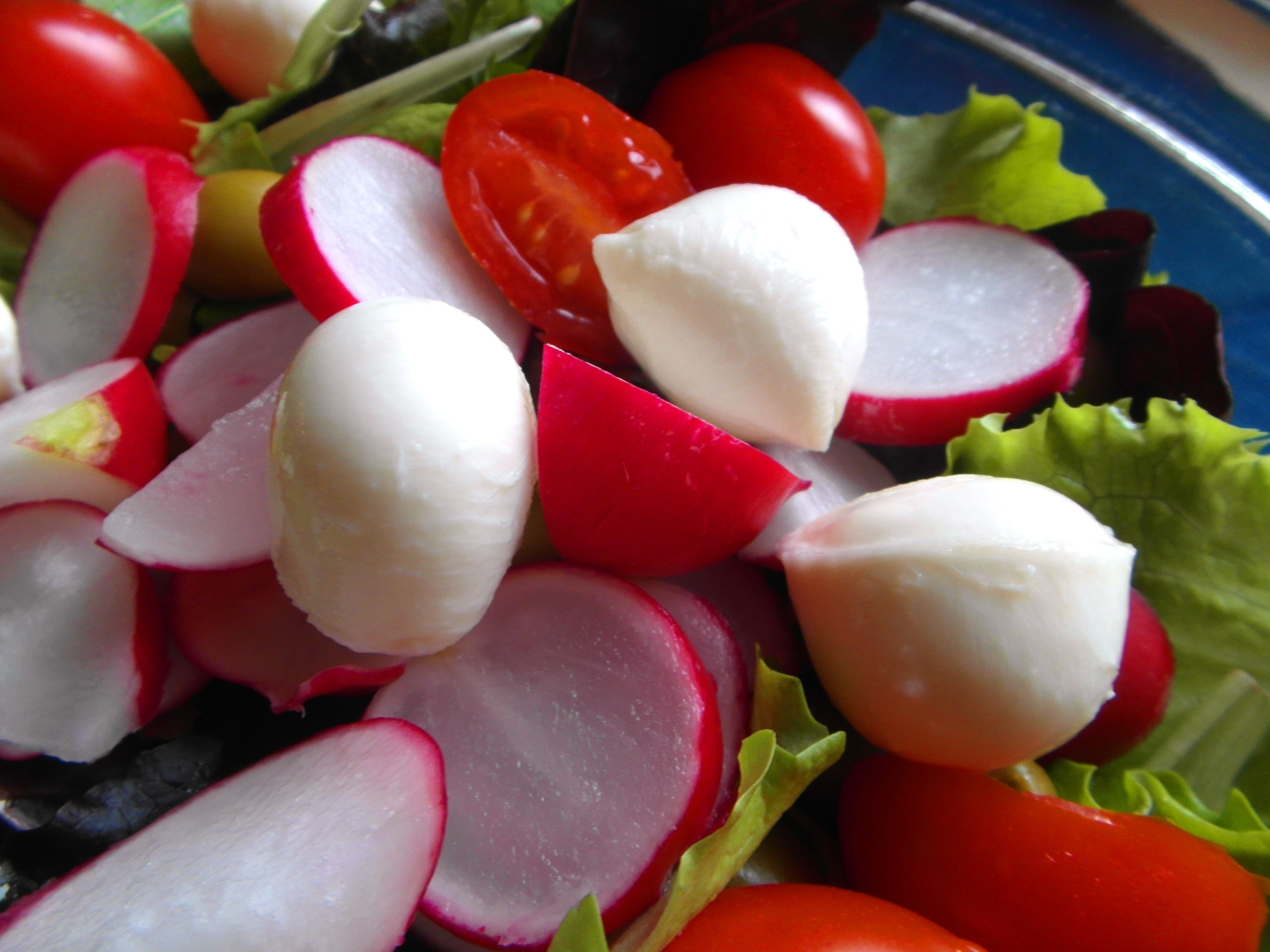 Pripravte si zeleninový šalátik s mozarellou a k tomu ochutnajte talianske Langhe Nebbiolo 2013   - Produttori del Brabaresco  #mozarella #salat #salad #jedlo #dobrejedlo #vino #wine #wein #italy #produttoridelbarbaresco #langhe #nebbiolo #italia #taliansko #dobruchut #inmedio #vinoteka #wineshop #kaviaren