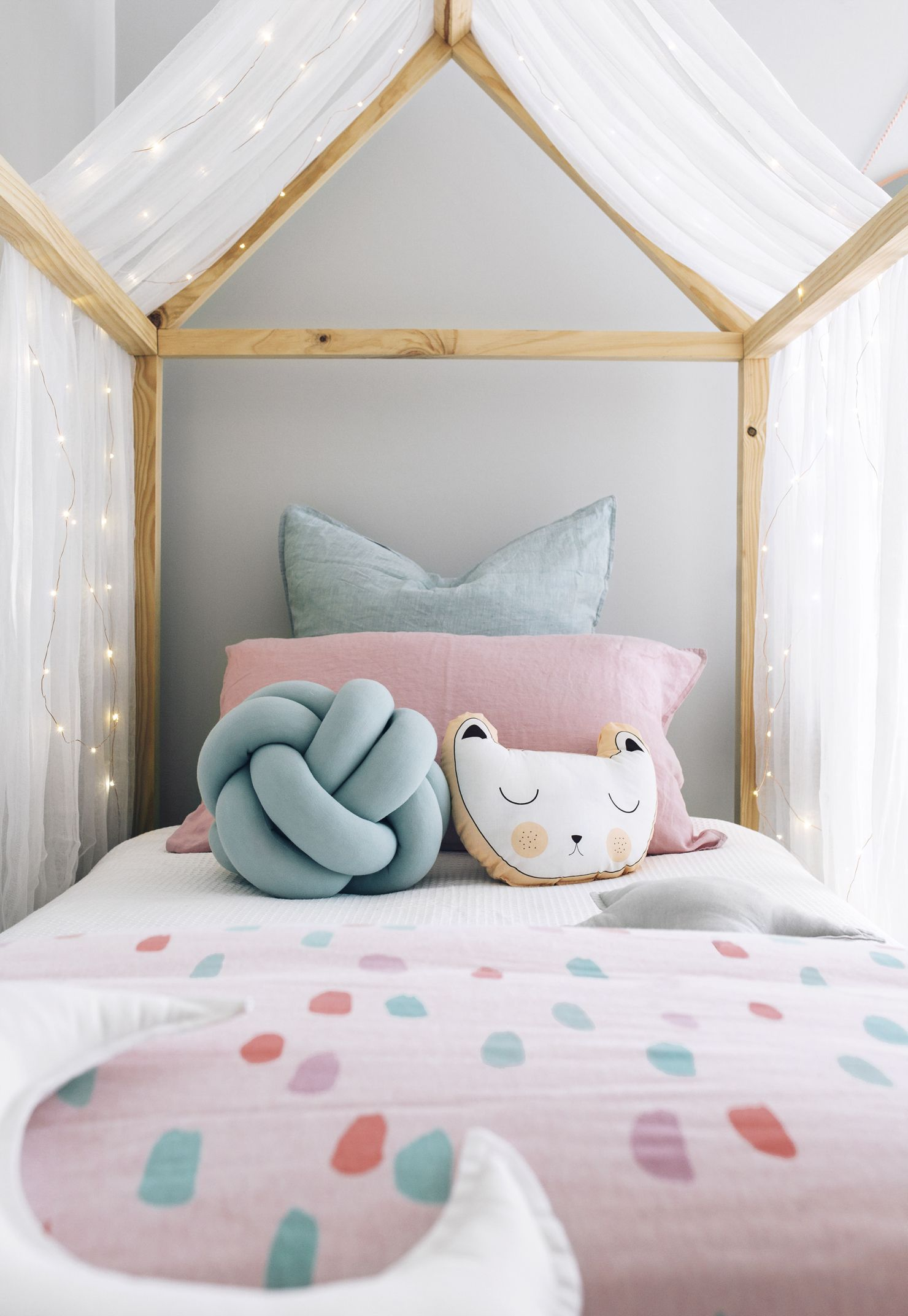 Colorful kid 39 s room kids room pinterest kids room unicorn room decor and unicorn bedroom for Unicorn bedroom theme
