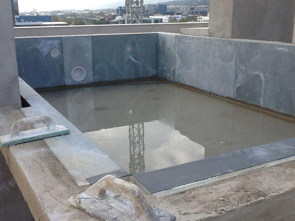 Estructura construcci n piscina de acero en terraza de for Que piscina puedo poner en una terraza