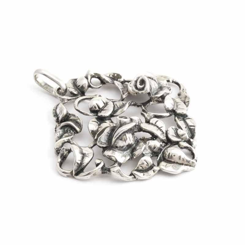 Sierlijke zilveren Jugendstil hanger met prachtige uitkomende rozenknoppen. De rozen liggen in een bed van blaadjes. De hanger is van 835 gehalte zilver.