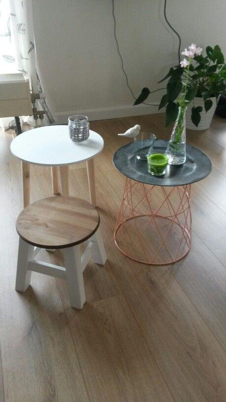 van de action: een tafeltje, een kruk, een mand en een