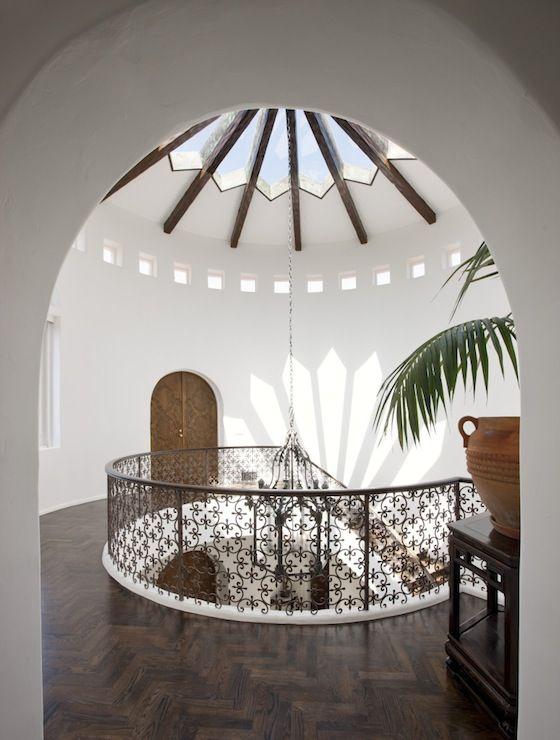 Maison de style espagnol avec un plafond de verre en forme for Decoration espagnole maison