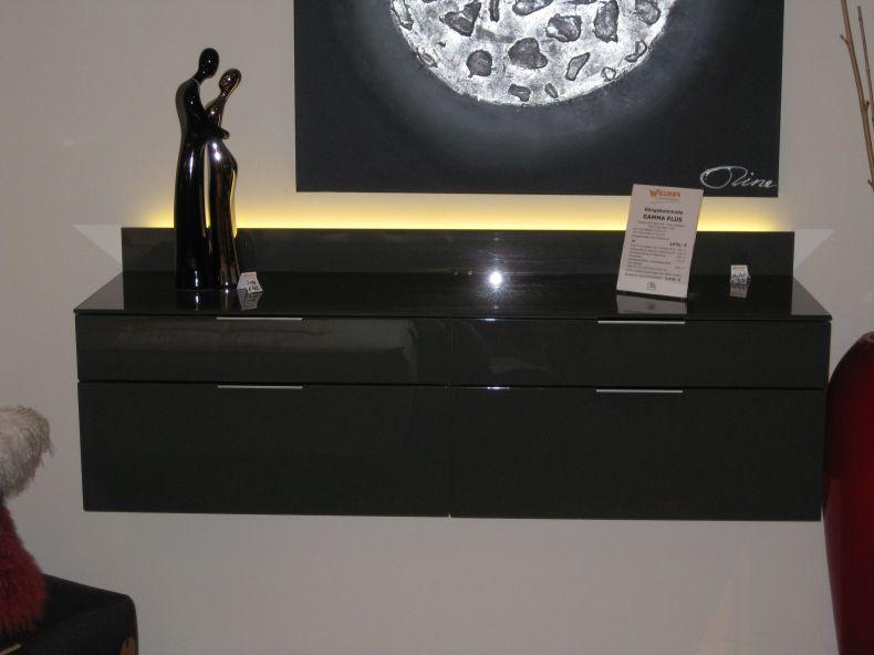 Edle Gegensätze, die sich anziehen: Wohnen in Schwarz und Weiß ist zeitlos schön und wird nie aus der Mode kommen. Der kontrastreiche Einrichtungsstil wirkt hochwertig und minimalistisch. Naturmaterialien wie Holz geben ihm eine wohnliche Note. Kombiniert man Grau dazu, wirkt es besonders elegant. Lasst euch inspirieren: http://bit.ly/Mein-Ausstellungsstück