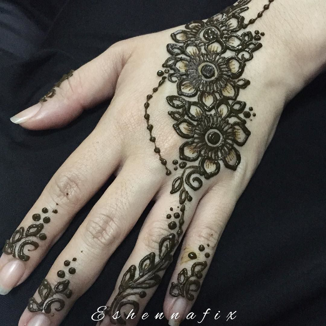 Inai Jenama Party Mehndi : Simple floral strip for the happening henna party last