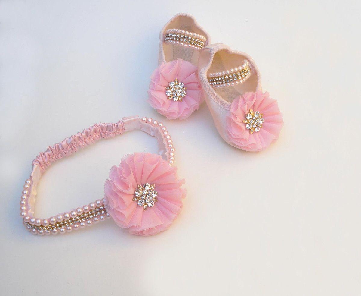 Conjunto contêm:    Sapatilha salmão com aplicação de flor rosa bordada em pérolas e strass.  Faixa bordada em pérolas com aplicação de flor rosa