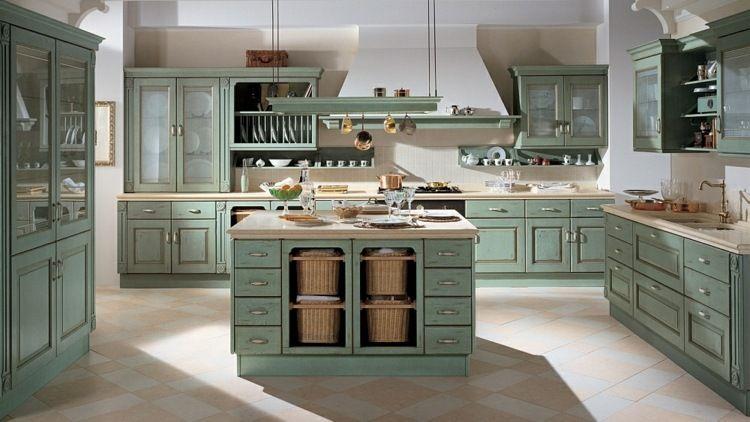 Klassisch gestaltete Küche mit Kochplatz und Geschirrständer ...