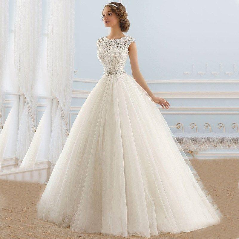 vestido de novia con escote ilusión, de estilo princesa y manga