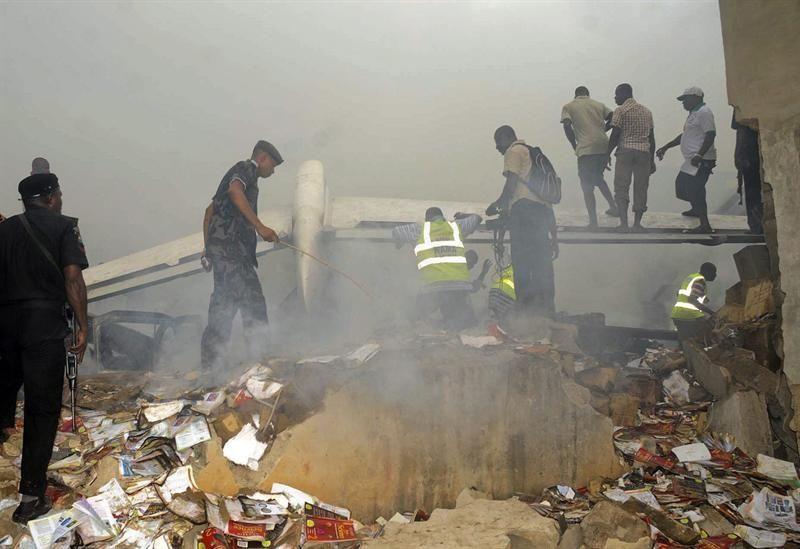 Un avión de la compañía nigeriana Dana Air con más de 150 personas a bordo se estrelló el domingo en un barrio de Lagos, la capital económica de Nigeria, y chocó con un edificio de dos pisos, según fuentes locales. Ver más en: http://www.elpopular.com.ec/54121-en-nigeria-buscan-mas-victimas-del-accidente-aereo.html?preview=true