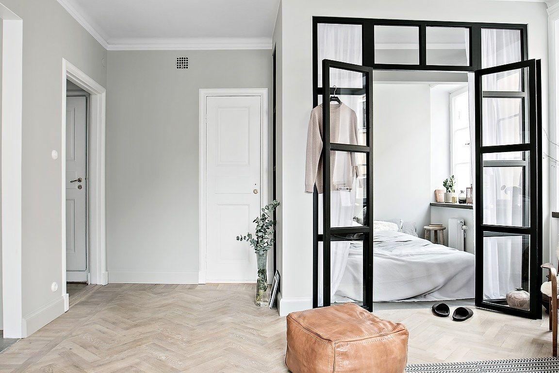 Glazen wand en stalen kozijnen tussen slaapkamer en woonkamer in