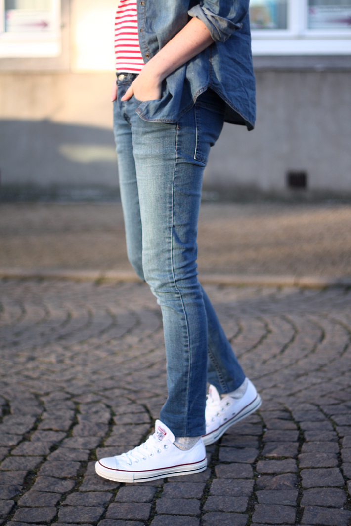 white converse and jeans