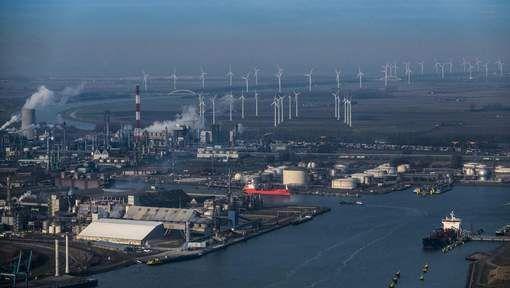 De drugs werden het meest via de Antwerpse haven binnen Europa gesmokkeld. omdat de drugscontrole hier veel minder goed is als op Schiphol. 'De haven is zo lek als een vergiet.'