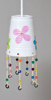 suspension avec un gobelet en plastique mat riel de r cup bricolage enfant pinterest. Black Bedroom Furniture Sets. Home Design Ideas