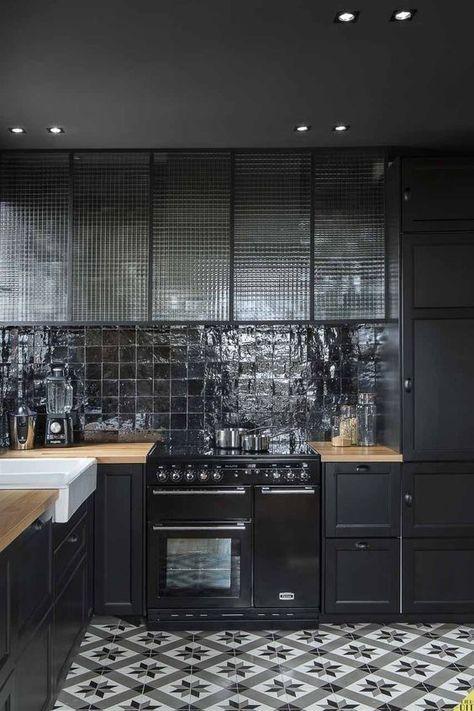 Zellige dans la déco, cuisine en bois, crédence en carreaux noirs - recouvrir carrelage mural cuisine
