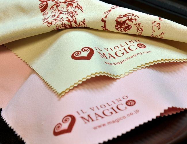 MAGICOオリジナル 楽器クロス 新デザイン到着しましたー♡ 今回はセンターにマジコのロゴが(エレガントバージョン)♪ 色は薄いベージュとピンクの2色!! どちらも素敵な仕上がりになってまーす♡ (^^♪