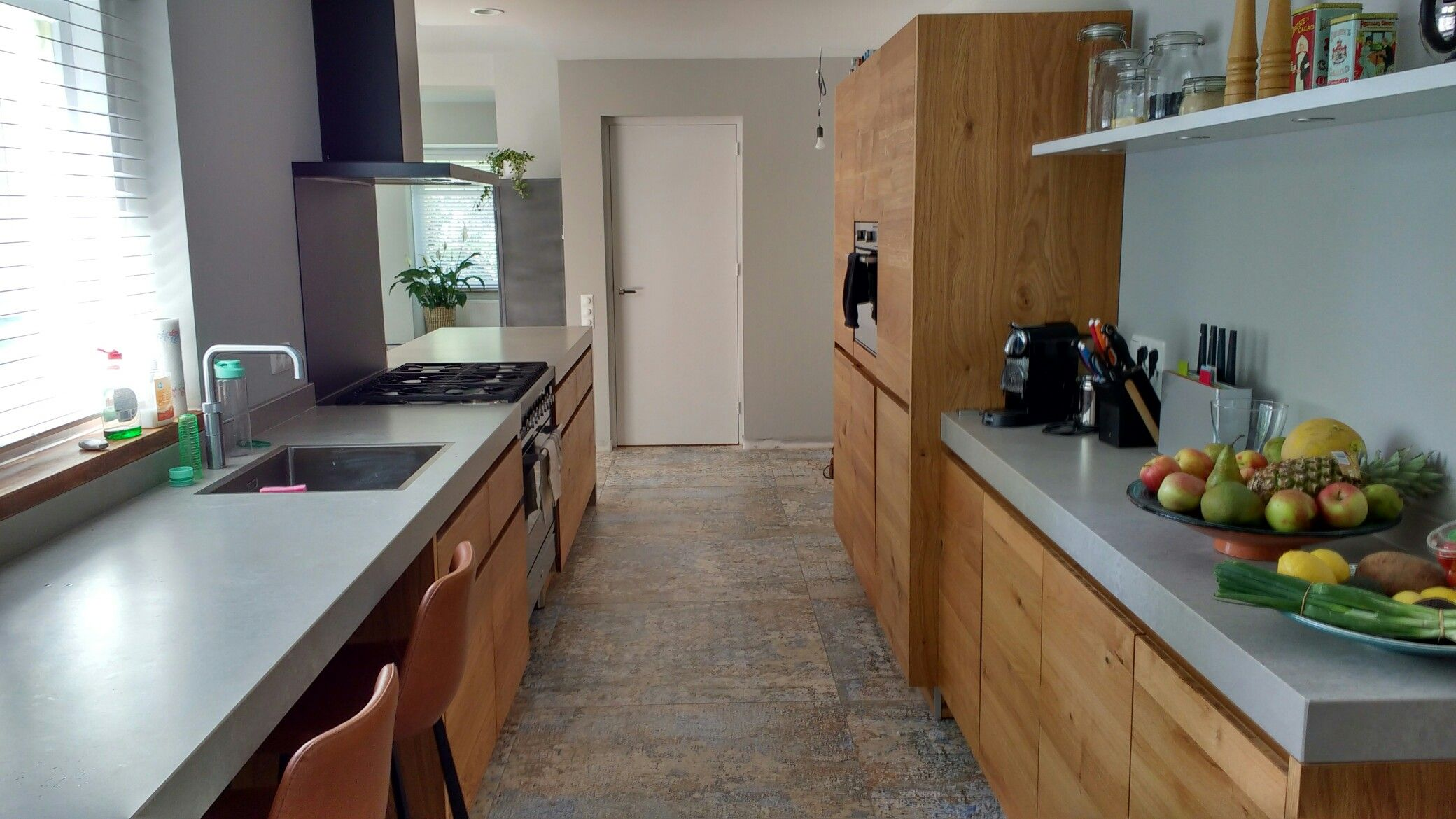 Massief eiken bax keuken met boretti fornuis en beton look werkblad