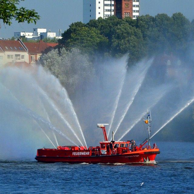 #boot #schiff #feuerwehr #elbe #salut #beautiful #harbour #hamburg #hanse #portofhamburg #picoftheday #photooftheday #photographer #hobby #summer #morning #sunandfun #sun #blue #amazing #bestoftheday