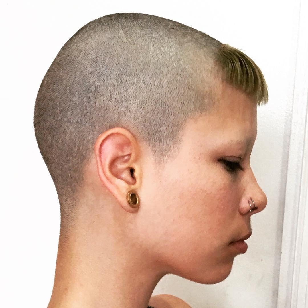 Girl With Mini Chelseacut Shaved Head With Mini Bangs Frisuren Kurz Frisuren