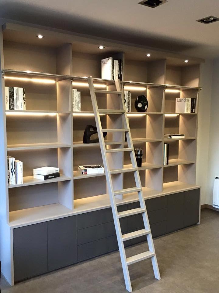 biblioth que sur mesure en laque satin e avec son chelle led encastr e sur fonds pour un. Black Bedroom Furniture Sets. Home Design Ideas