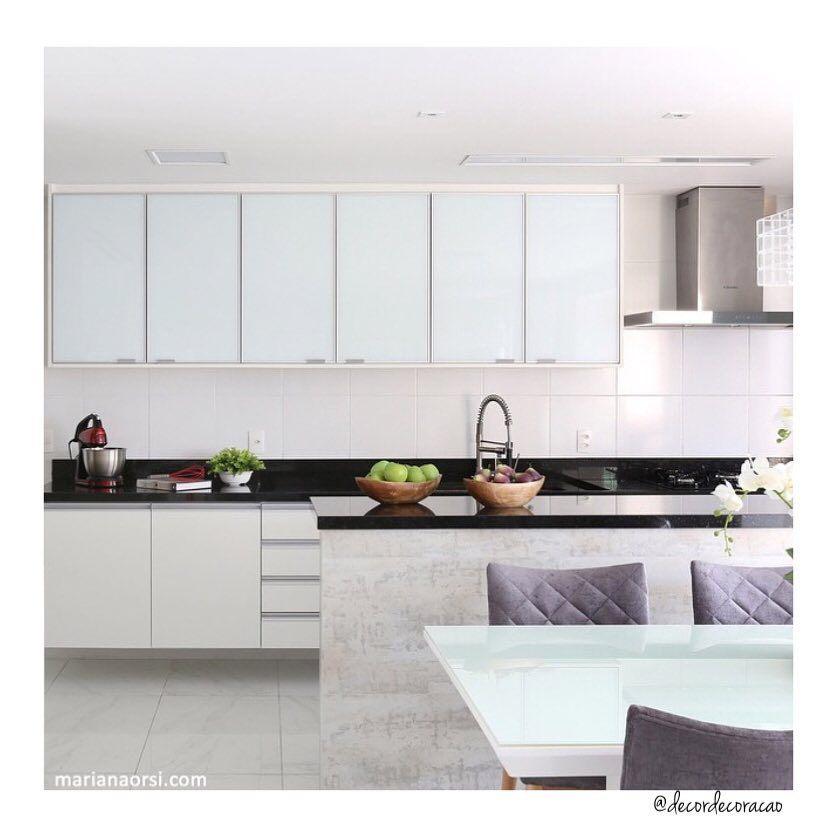 Hora do almoço!  Cozinha clean lindona! ❤️❤️❤️ Projeto @ac.arqdecor e Fotografia @mariana_orsi  #design #interiordesign #kitchen #cozinha #architecture #decorating #designdeinteriores #arquitetura #decoracao #homedecor #decorando #decordecoracao