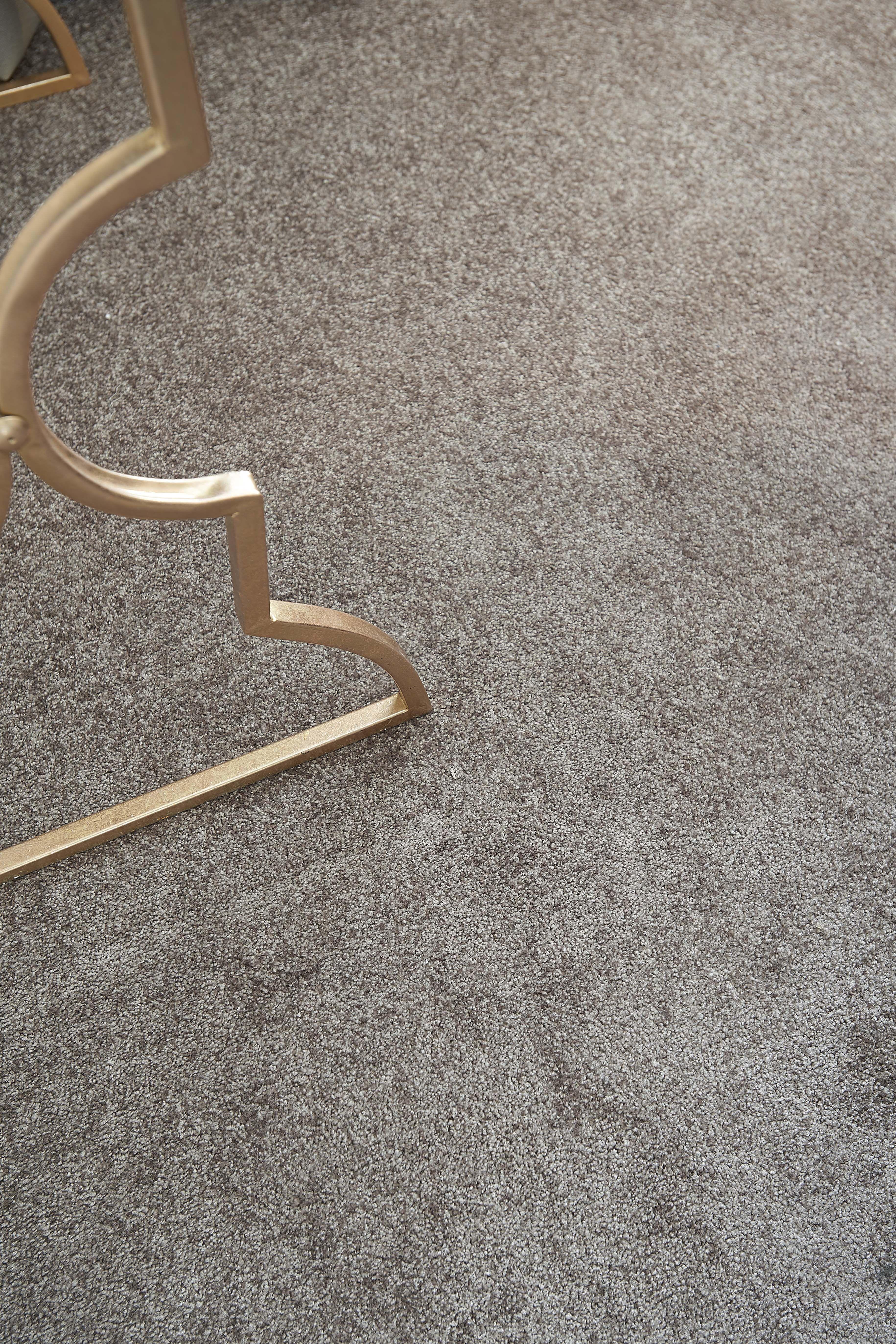 het hoogpolig taupe tapijt prescott van kwantum voelt zacht aan