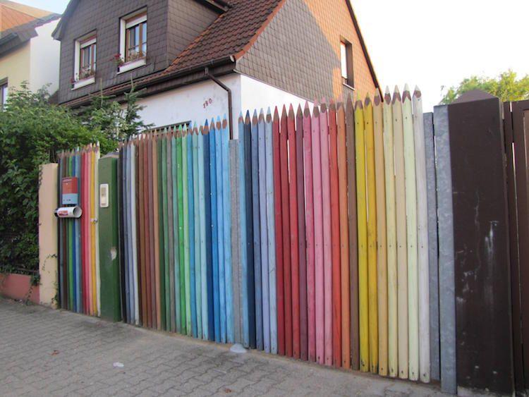 clôture de jardin avec décoration originale-crayons multicolores