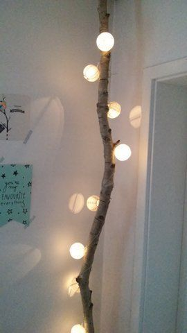 Wohnidee Mit Materialien Aus Der Natur. Treibholz Verziert Mit Lichterkette  Für Gemütliches Ambiente Im Wohnzimmer Oder Schlafzimmer.