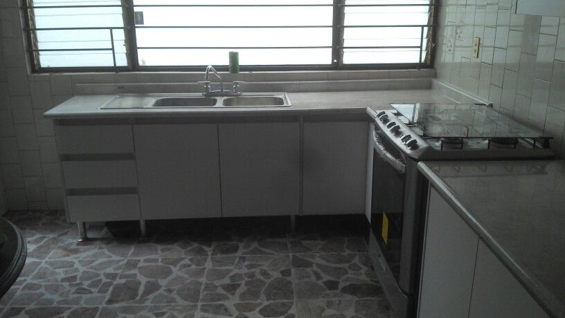 Cocina melamina color laricina carpinteros pinterest for Designer kitchens pretoria