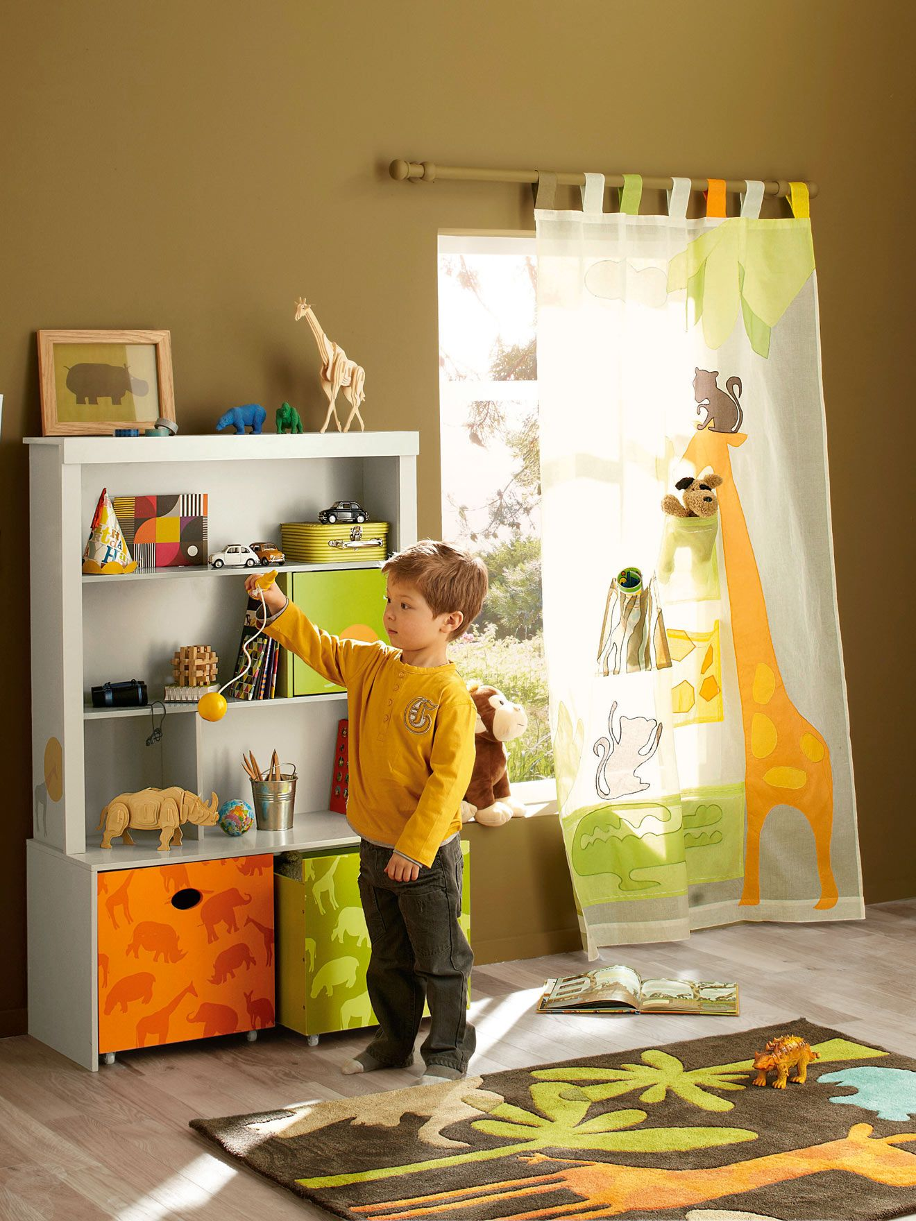 une chambre d 39 enfant qui aime les animaux et la savane rideau poches girafe savane party. Black Bedroom Furniture Sets. Home Design Ideas