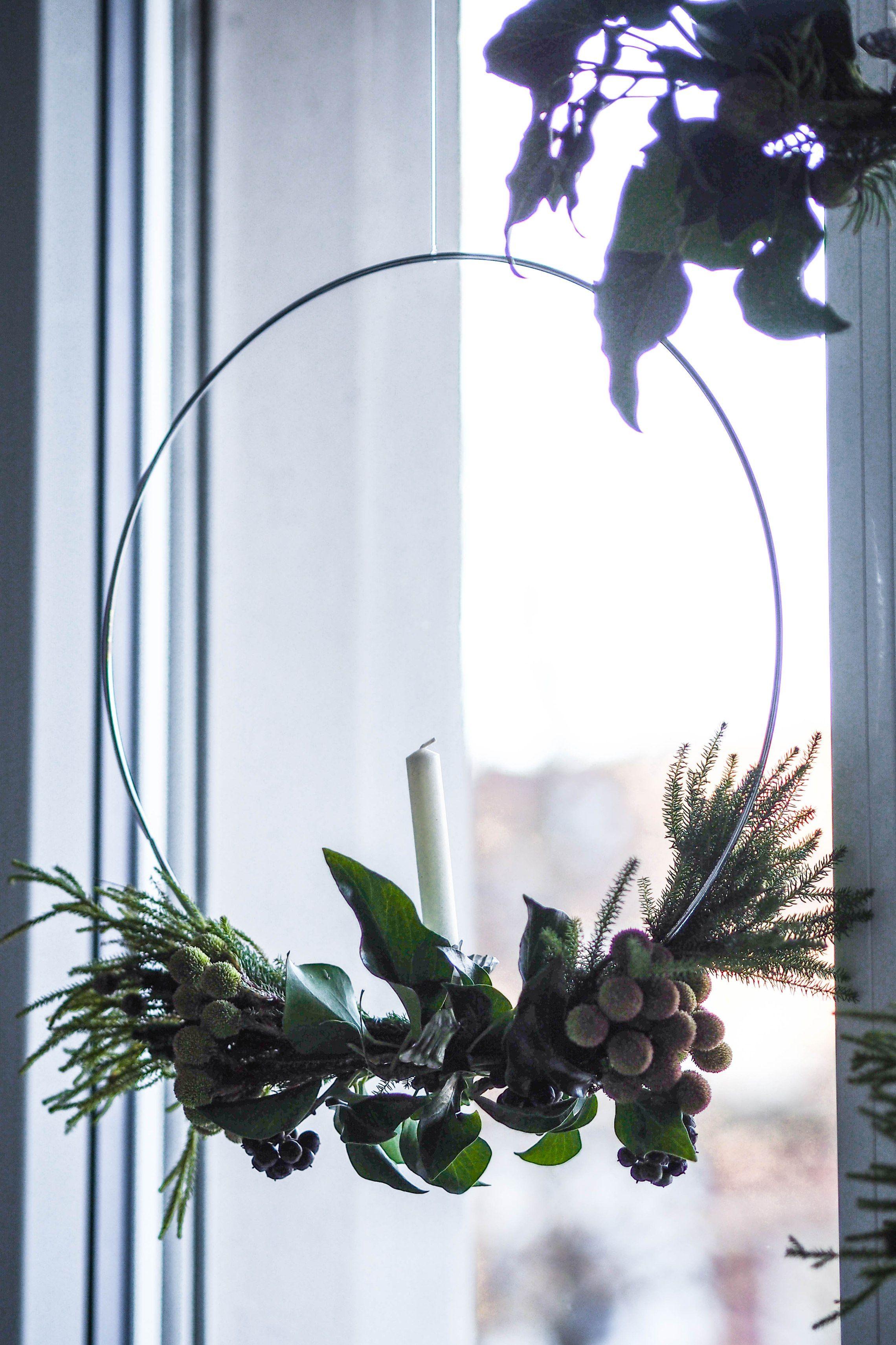 Lasst uns ein Kränzchen winden! Mit dieser DIY-Anleitung binden wir uns einen schlicht-festlichen Adventskranz im skandinavischen Stil – einfach und schnell! #adventskranzskandinavisch