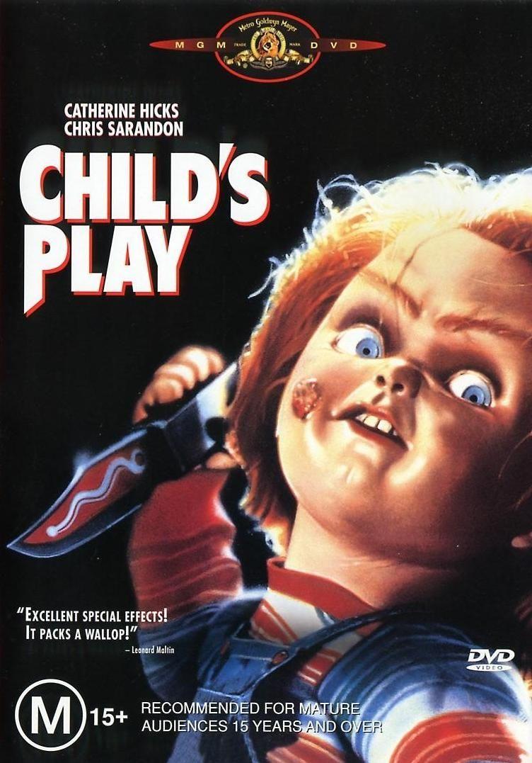 FILME: O Brinquedo Assassino  SINOPSE: Um serial killer é morto em um tiroteio com a polícia, mas antes de morrer utiliza seus conhecimentos de vodu e transfere sua alma para um boneco. Um menino ganha exatamente este brinquedo como presente da sua mãe. O menino tenta alertar que o boneco está vivo, mas sua mãe e um detetive da polícia só acreditam nele após o brinquedo ter feito várias vítimas. Mas o boneco está realmente interessado é no garoto, pois só no corpo dele poderá continuar vivo.