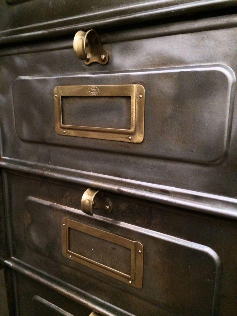 Magnifique meuble industriel strafor 30 clapets en m tal patine graphite avec porte tiquettes - Coin de meuble en laiton ...