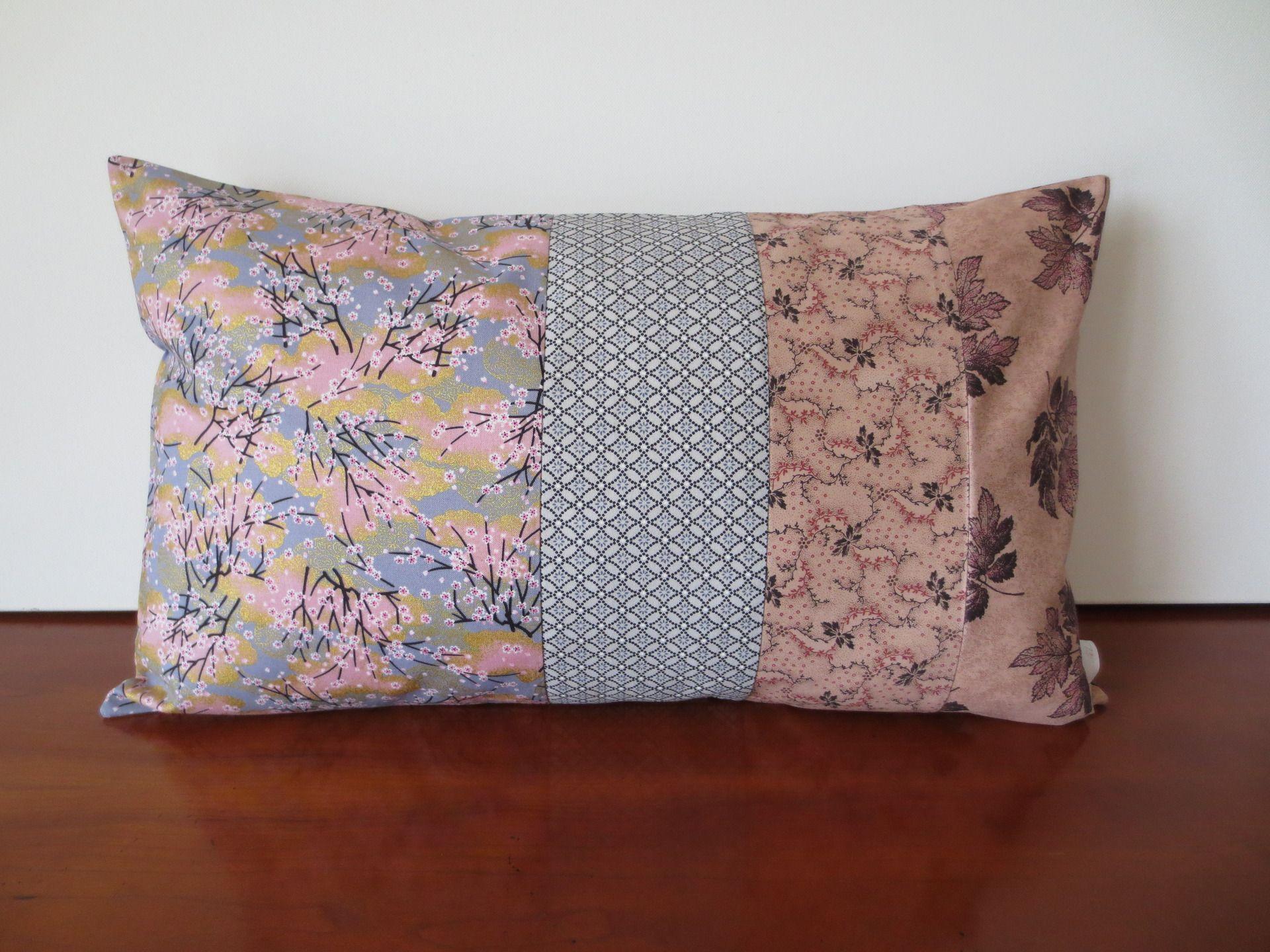 housse coussin fleurs de cerisier en gris et rose poudr. Black Bedroom Furniture Sets. Home Design Ideas