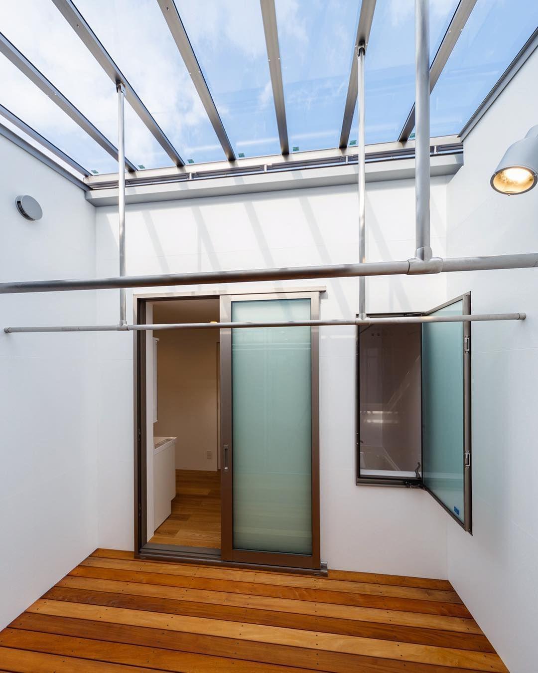 Haus Flow 第二の中庭でもある物干し専用デッキテラスには大屋根から