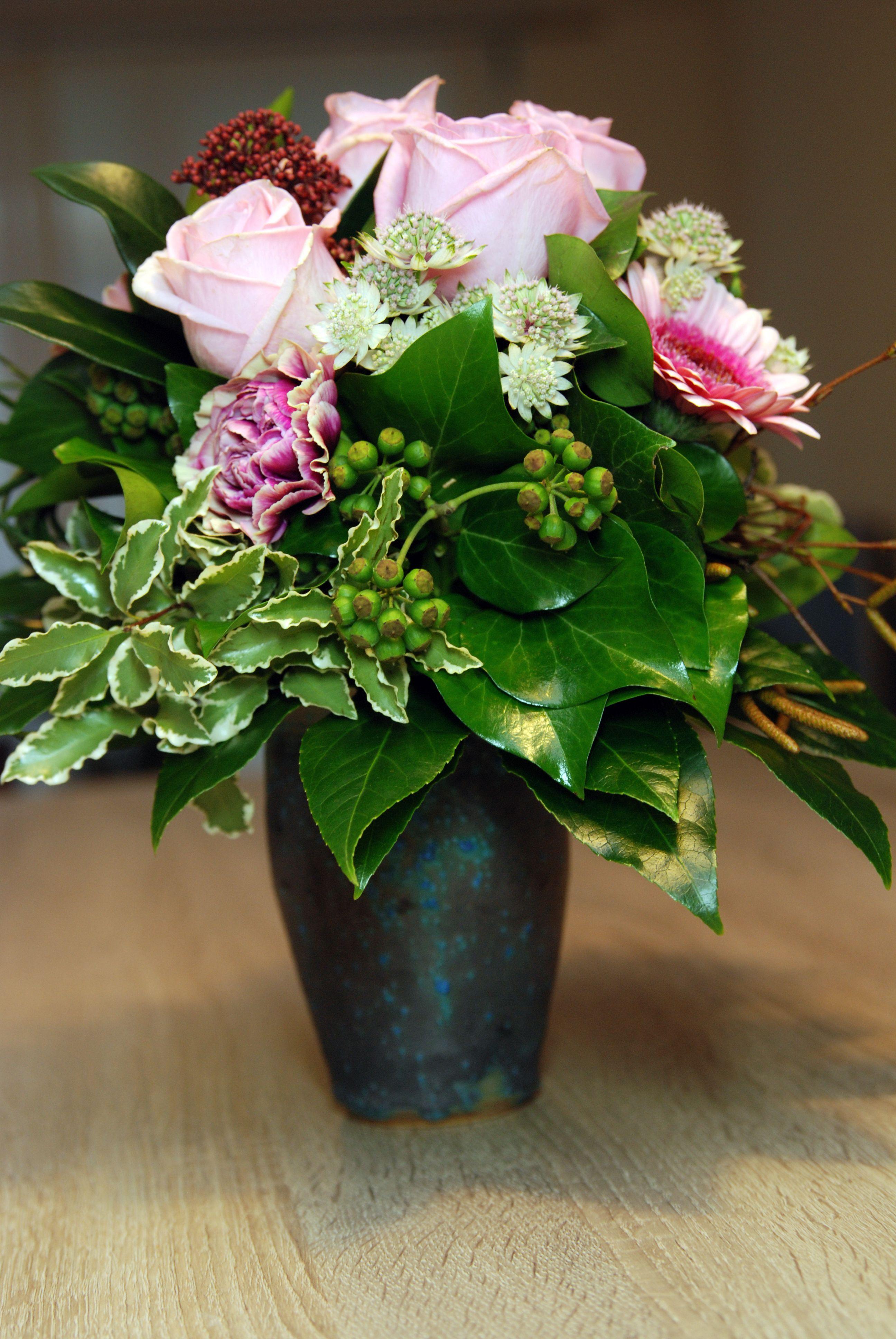 Vase aus Keramik, im südburgenländischen Stadtschlaining aus feinem Ton getöpfert und mit einer türkisen Glasur nach eigener Rezeptur eingefärbt, jedes Stück ist ein Unikat, spülmaschinenfest.