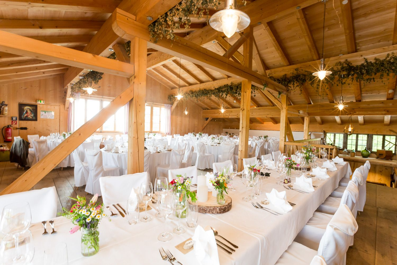 Wedding scheune hochzeit holz deko location ideen for Holz dekoration hochzeit