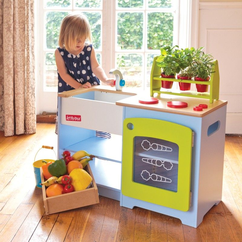 A healthy eating kitchen and market stall in one! The included healthy veg growing kit encourages green fingers to whip up healthy treats in the play kitchen, then write up the order of the day on the blackboard on the other side, ready to sell the tasty produce!
