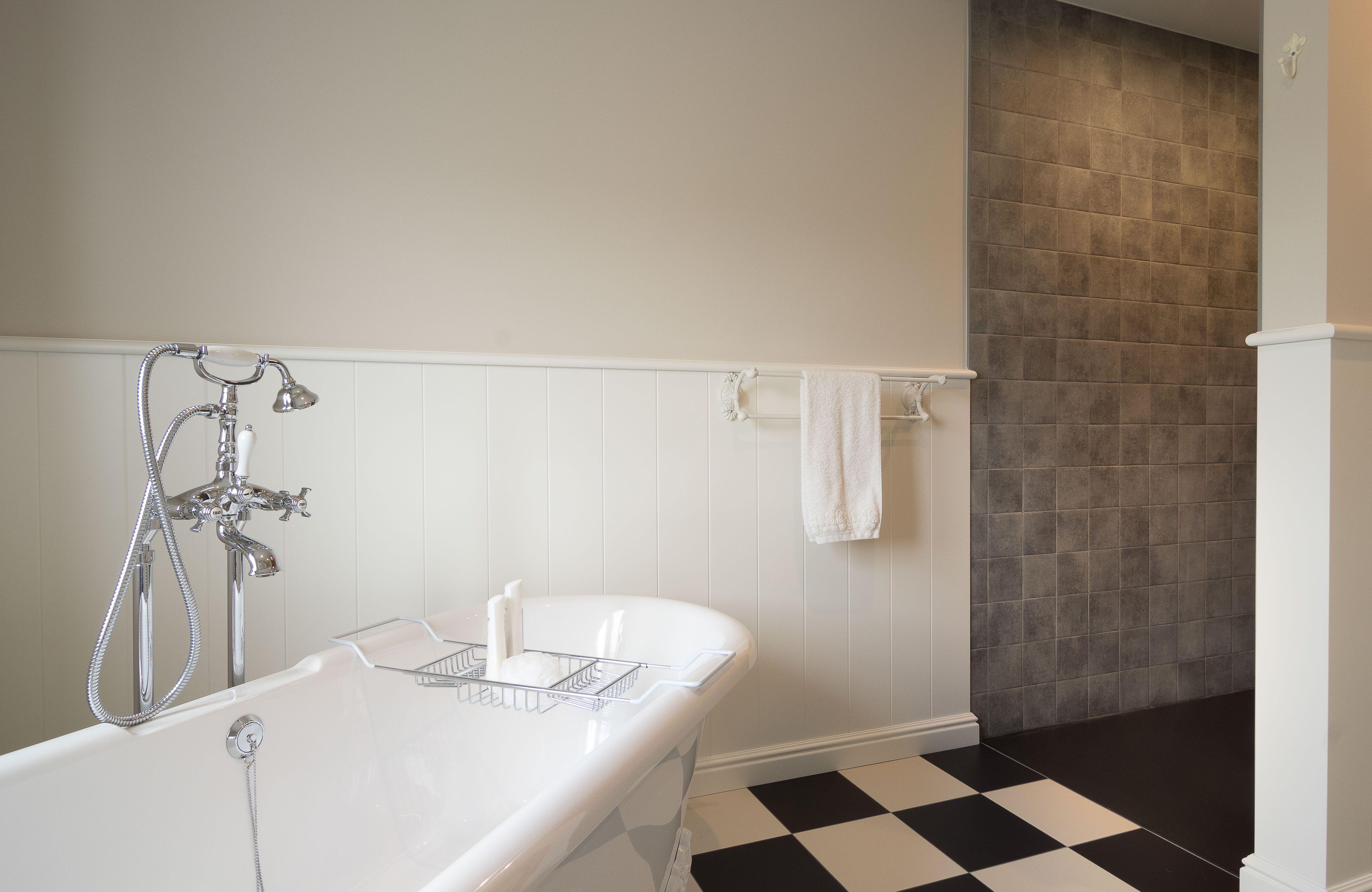 Houten lambrisering rondom in de badkamer vloer in dambord