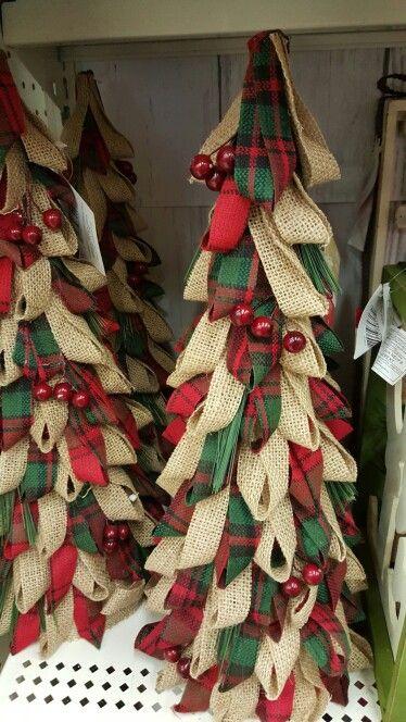 Burlap Christmas Decor Ideas to make your Christmas decoration emanate rustic charisma - Saudos #ribbononchristmastreeideas