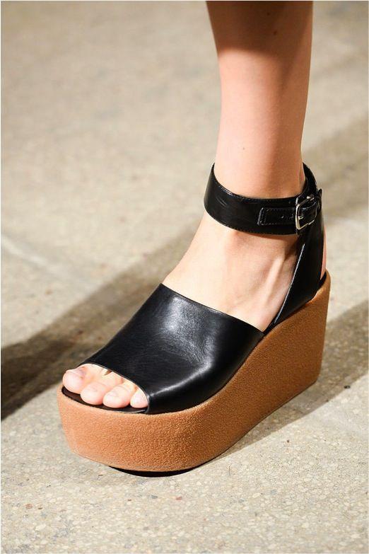 7dc68eab Calzado/Plataformas: Los años 90 regresan en el calzado con el uso de las  plataformas: sandalias, tenis, bailarinas, etc. Llego en todas las  presentaciones.