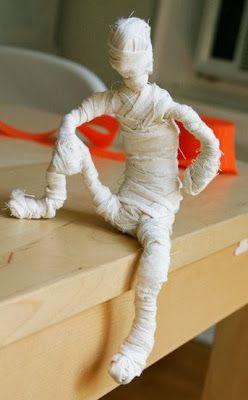 Manualidades como hacer momias halloween   Materiales: Alambre de electricidad grueso Alicates Tela Tijera