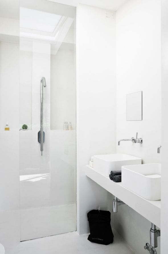 White And Concrete For An Industrial Look Via Cocolapinedesign Com Schone Badezimmer Badezimmer Wandarmatur
