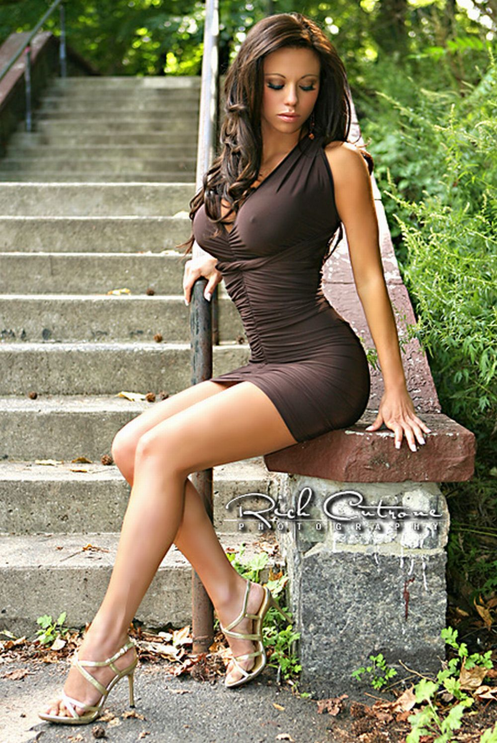 Брюнетка в мини платье 158