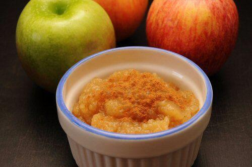 Easy Homemade Applesauce via MrsJanuary.com #recipes #DIY