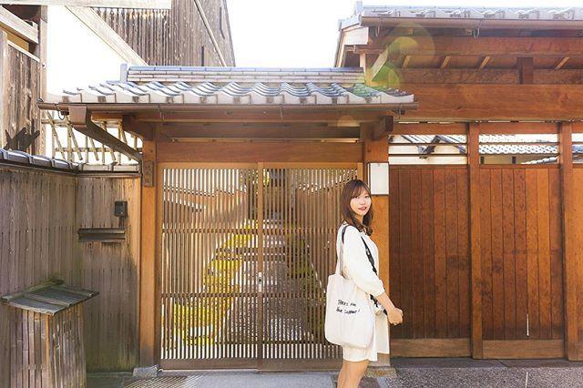 친구 한복 데이트 스냅 찍어주는 날, 날씨도 맑으니 사진 잘 나와서 좋네 나도 한복 입고 찍고 싶당 . . #교토여행 #해외여행 #교토풍경 #교토 #일본여행 #럽스타그램 #데이트 #kyoto #japan #캐논6d #2470mm #인물사진 #골목사진 #스냅