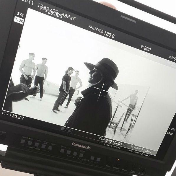 El 30 de agosto podremos ver el nuevo spot de Stuart Weitzman. La top Gisele Bündchen será la protagonista de este anuncio en el que lo da todo con un coordinado y sensual baile.  #Modalia | http://www.modalia.es/topmodels/modelos/8439-gisele-bundchen-baila.html  #giselebundchen #stuartweitzman #topmodel #spot #dance