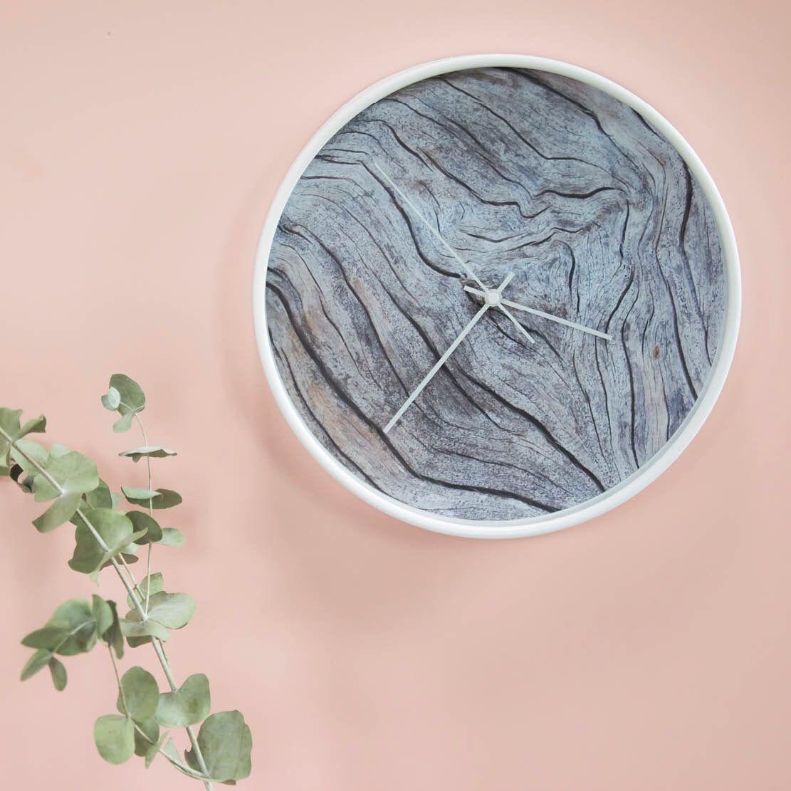 Zo mooi! Deze klok van Dutch Sprinkles met een wijzerplaat van oud hout. De kleur van de rand en wijzers kies je zelf in de webshop. Prachtig voor een landelijk of Scandinavisch interieur. Ook heel fijn: deze klok tikt niet en is dus ook geschikt voor op de slaapkamer.